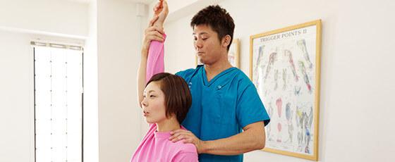 肩の可動範囲を検査している写真